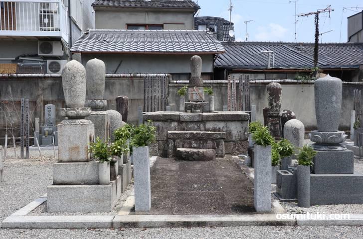 織田信長の幻の弟である清玉上人のお墓も阿弥陀寺にあります