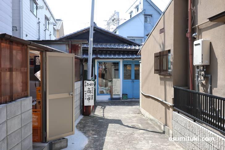 京都市伏見区深草、墨染駅(すみぞええき)近くの辻子の先に何かカラフルなお店が?!