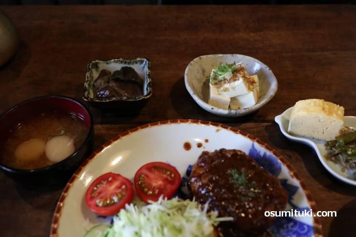 おばんざいが4種類、佃煮やお漬物が2皿とボリュームあります!