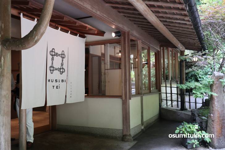 貴船Musubi-tei ジェラート屋台は「Musubi-tei」の店頭にある屋台です