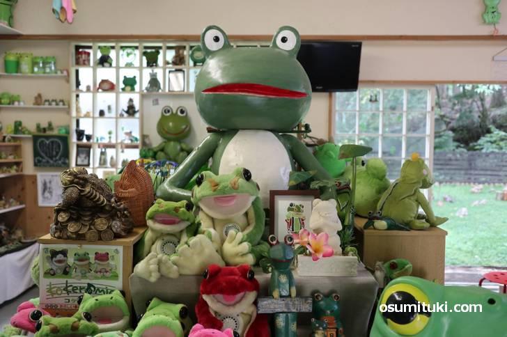 蛙の駅ではカエルグッズの展示、カエルグッズ販売、カエルフードを食べることができます
