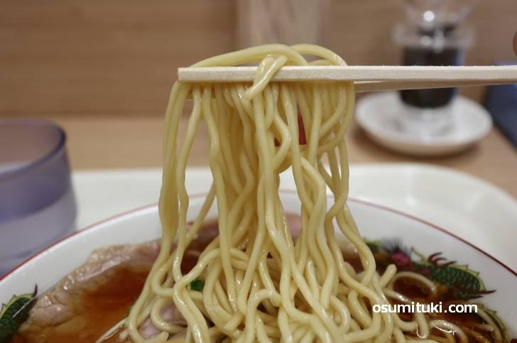 麺はひと目で好みのものと分かる中太麺の固茹で
