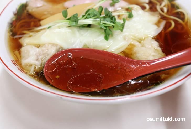 煮干しの苦味をほんのり感じるスープ