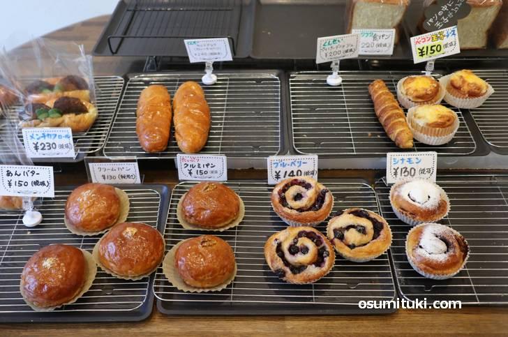 街のパン屋さんなので値段は150円程度です