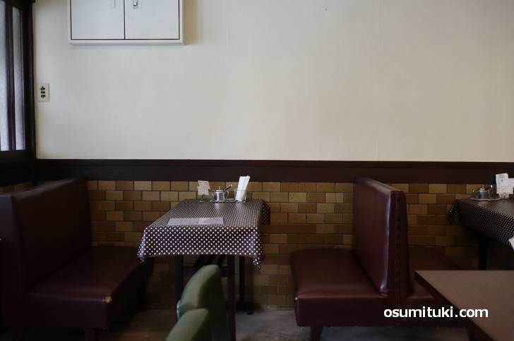 昭和の雰囲気があるテーブル席
