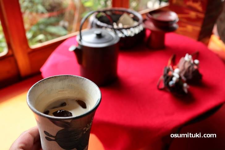 庭と民芸品を見ながらコーヒーをいただきます!