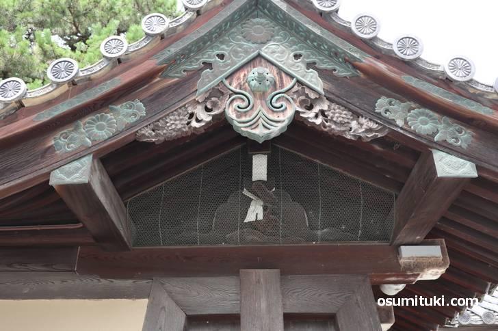 京都御所の北東角では「神猿(まさる)」が見張り番をしています