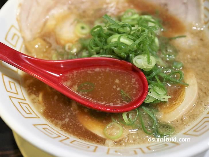 スープは豚骨です