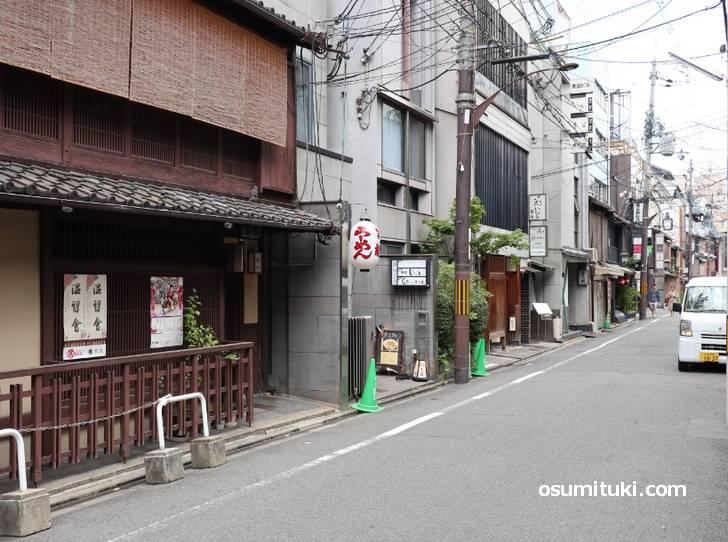 食酒房まる魅、祇園四条駅から徒歩3分ほどのところにあります