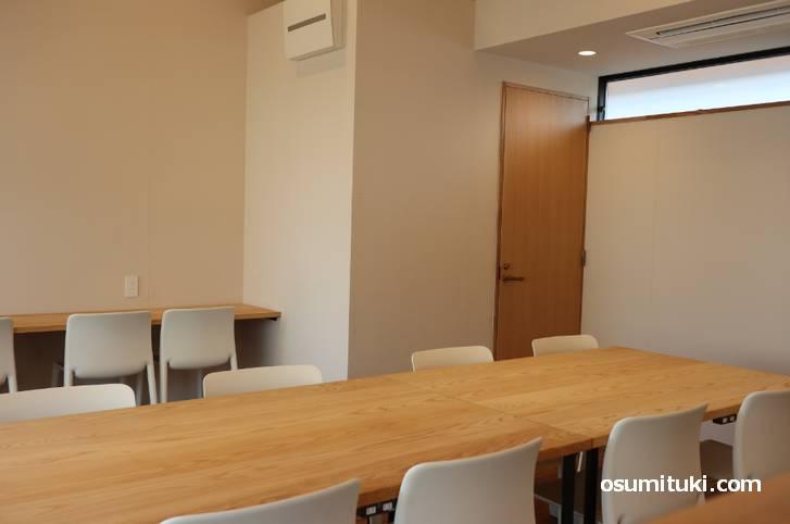 2階にもテーブル席があります