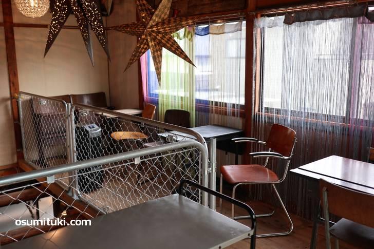 昭和40年代の住宅の雰囲気を残した2階席でカフェすることができます(Trip coffee)