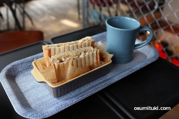 軽食はホットサンド(500円)