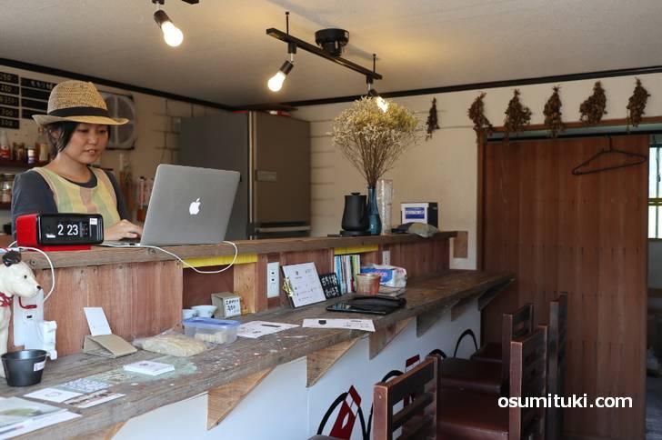 援農の方がローソンで食事しているのを見てカフェのオープンを決意した女性オーナー