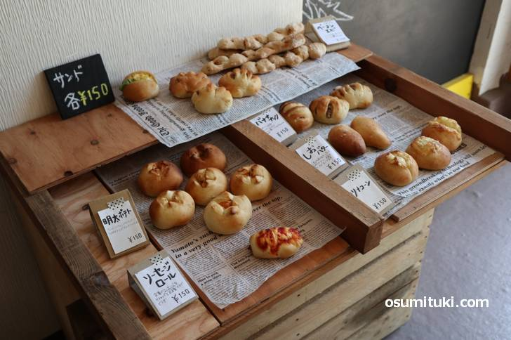 パンの日の「TSUNAGIBA CAFE」では1個150円の自家製パンを販売しています