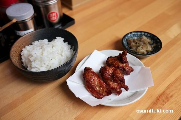 担々麺に唐揚げとご飯が付きます