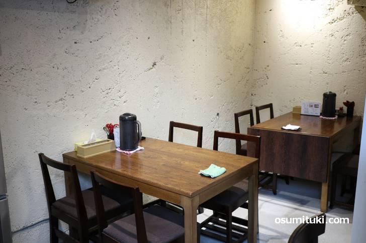 左奥はテーブル席が2卓ありました