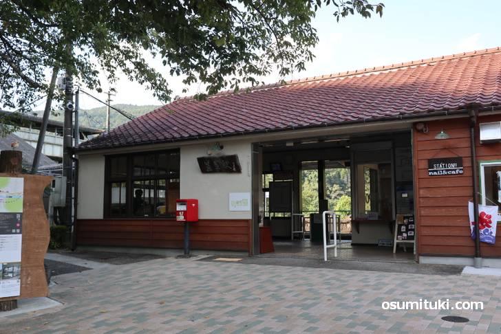 JR笠置駅、ノンビリとした駅舎ですがカフェがあります