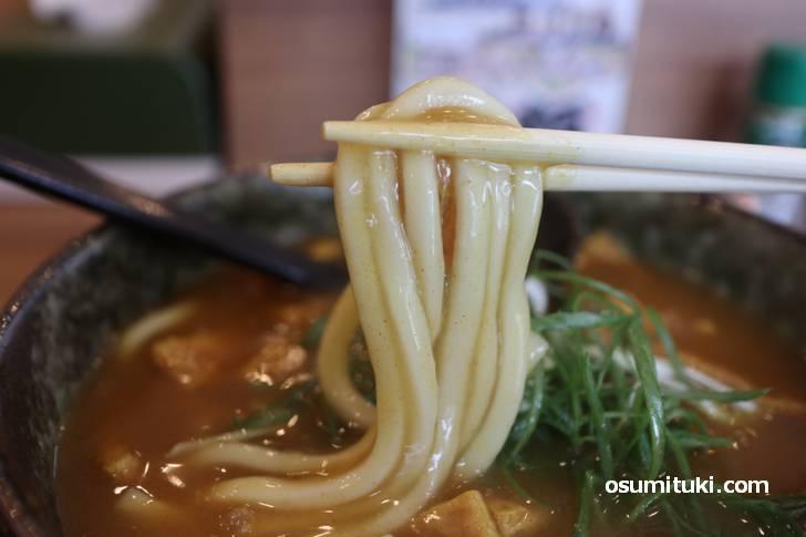 麺は普通くらいの茹で加減で、京うどんよりやや太めなのも良いと思います