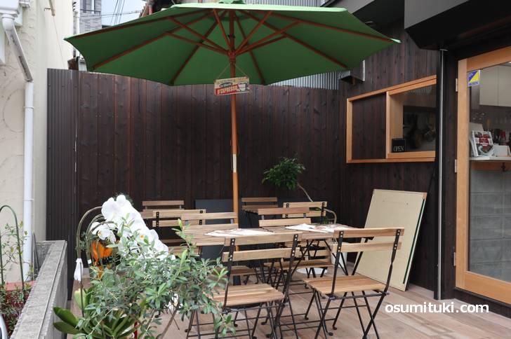 外にはオープンテラスがあるカフェ