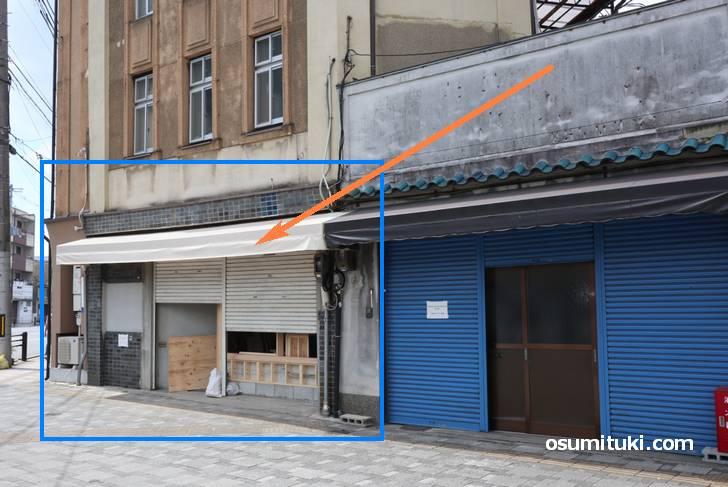 貼紙は2軒のテナントに貼られていましたが、たぶん左側の工事テナントがカフェです