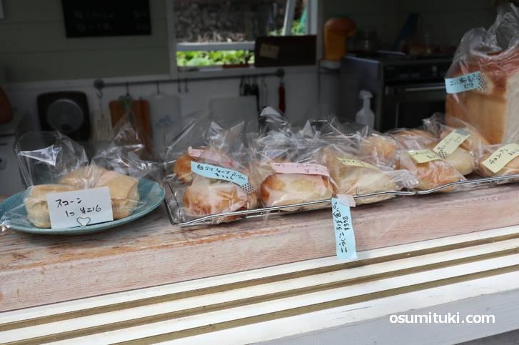 屋台風の小屋で自家製パンや自家製ケーキを販売しています