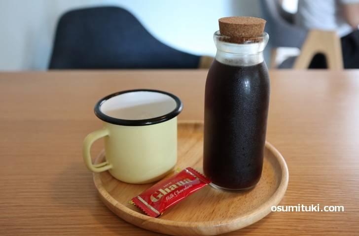 珈琲は牛乳瓶で、チョコが2枚ついてました