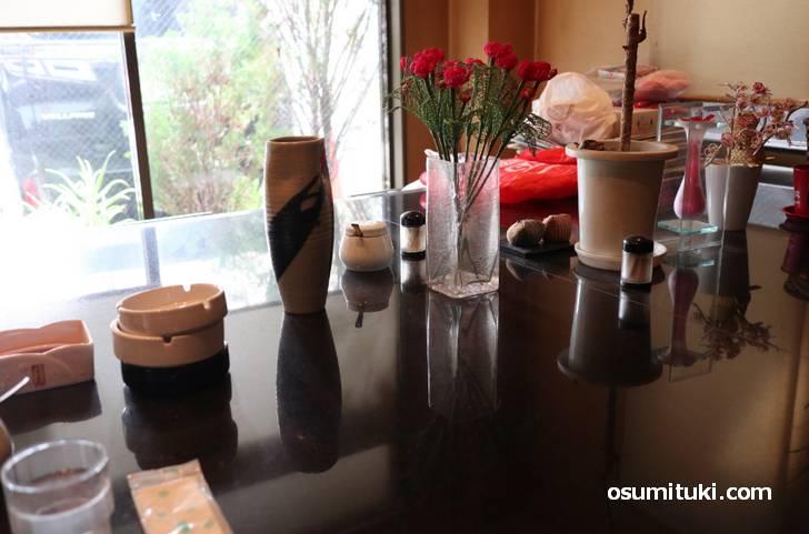 中央の大きいテーブルにはいろいろ置かれているのも昭和っぽい