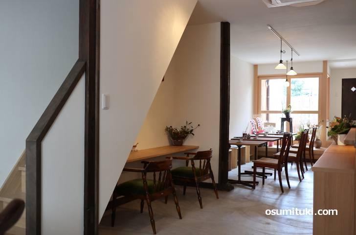 京町家をリノベしたカフェで落ち着く店内