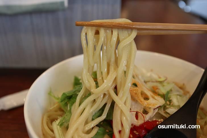 麺は極太麺、アッサリスープには太めが合います