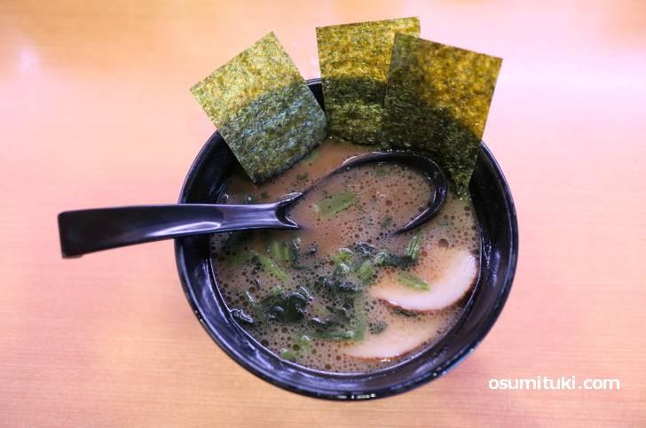 かっぱ寿司で食べる武蔵屋の家系ラーメン(真上ビジュアル)