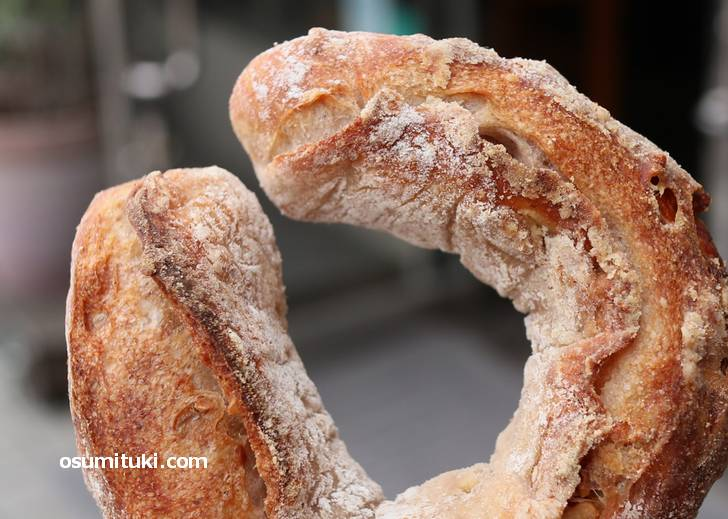 生地に大量のクルミを入れた「独創的くるみパン」がこれ(雨の日も風の日も)