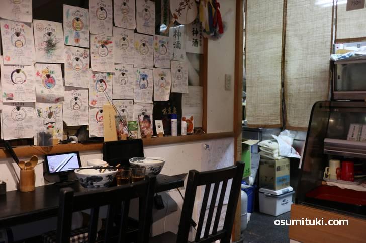 入店すると広さ三畳程度の豆腐屋さんにカウンター