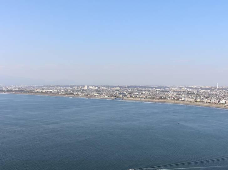平塚沖にある海から飛び出した謎の建造物が珍百景で紹介(写真は江の島展望灯台から見た相模湾)
