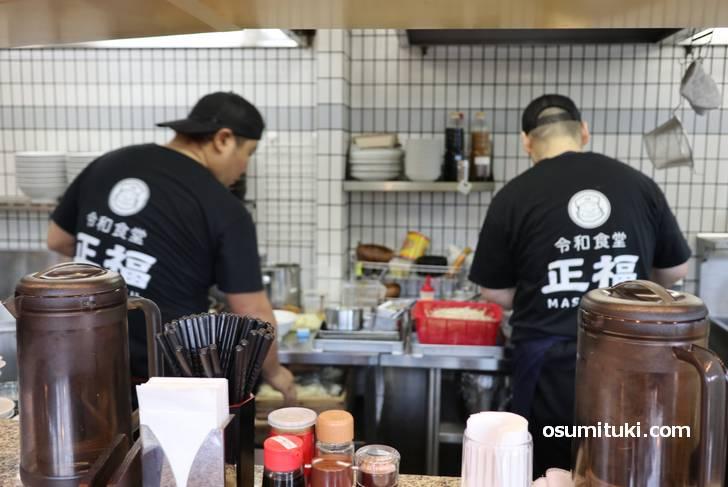 とても手際よく中華鍋で料理が出来上がっていきます