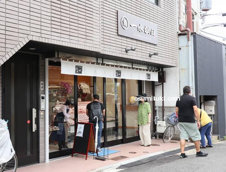 オープン直後でしたがお客さんがどんどん入店しています(一水松田)