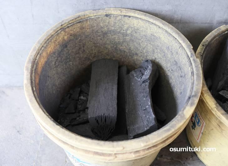 竹炭の鉄板焼で作られています