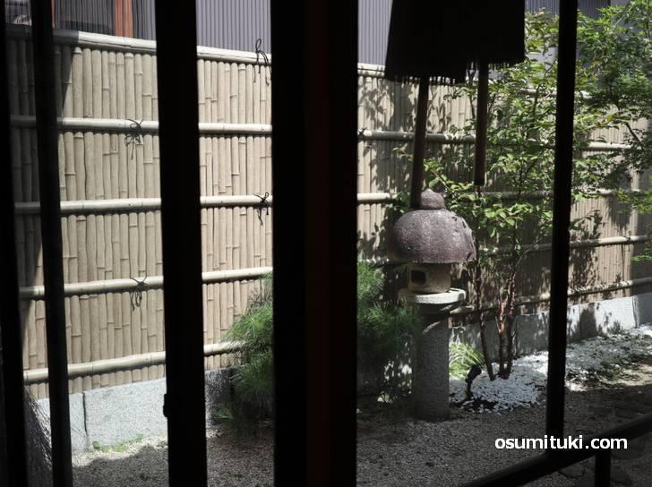 坪庭を見ながらカフェができるお店です