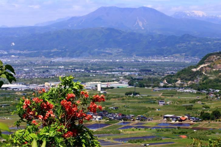 ふるフル は飯縄山を望む長野市にあります(写真は飯縄山と長野市の風景)