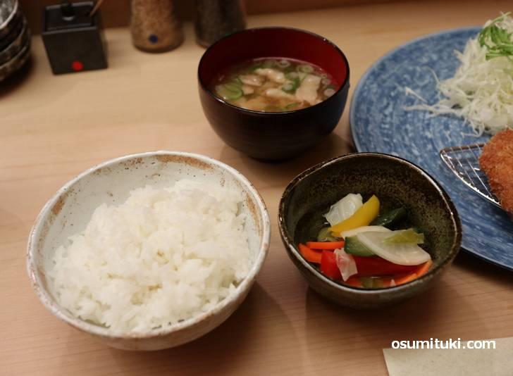 白米、豚汁、ピクルス
