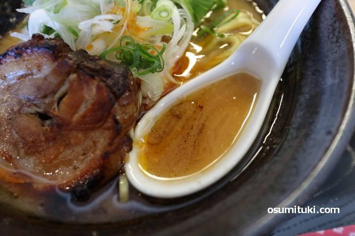 豚と魚介のコク深いスープです