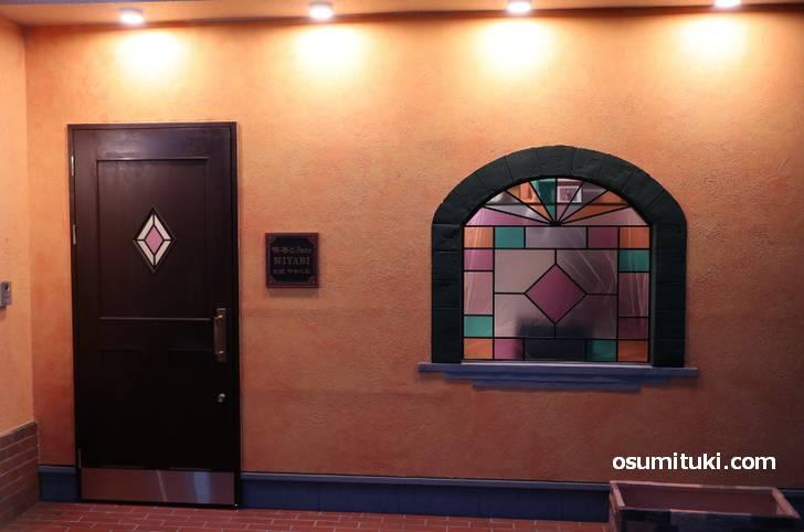 ステンドガラスに趣のある玄関がある喫茶店