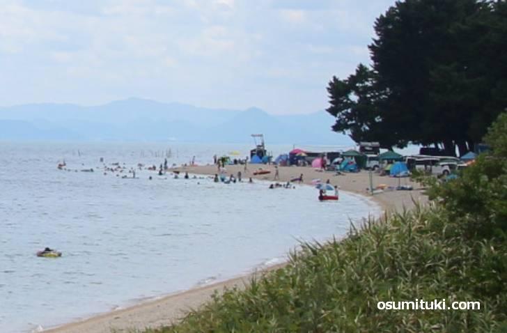 琵琶湖のビーチで水泳する滋賀県民
