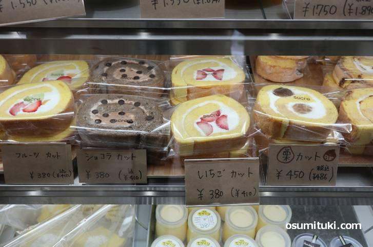 ロールケーキはカットで410円(税込み)