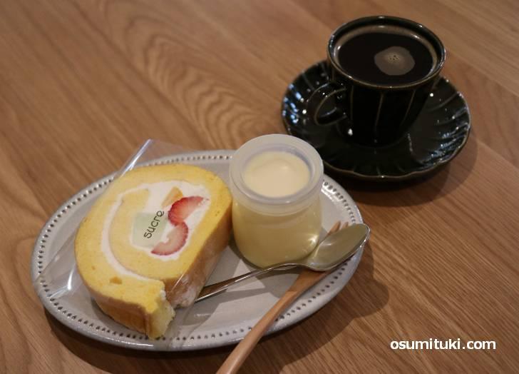 ロールケーキ、プリン、コーヒーで1000円ちょっとくらい