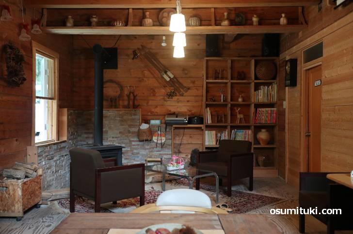 囲炉裏や薪ストーブもある店内には手作りのものが並んでいます