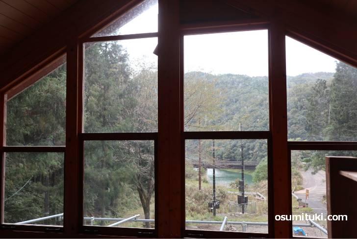 窓のガラスも自分でカッティングして作っています
