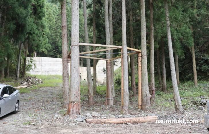 外には建設中のツリーハウス