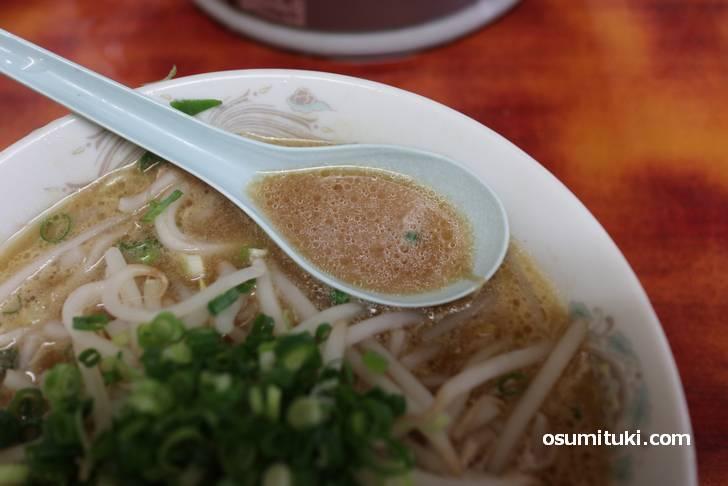 スープはやや白濁した豚骨スープ