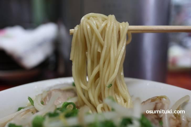麺は低加水のカタメ(京都でよくみる麺)