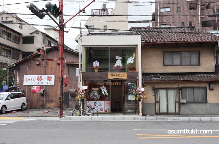 瑠璃茶屋は八坂神社から東大路通を南へ3分「東山安井」交差点の北西角